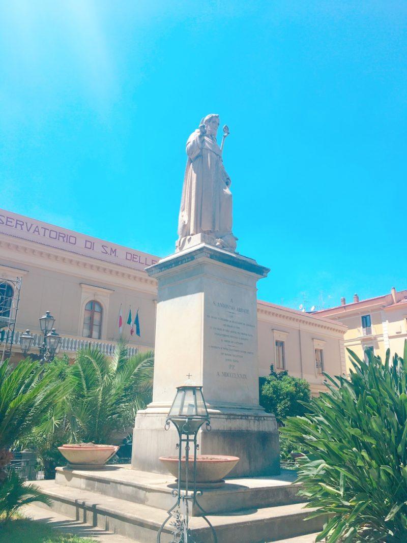 イタリアのソレントのサンタントニーノ広場にある聖アントニヌス像