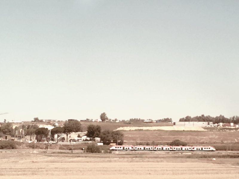 赤白緑のイタリアの電車