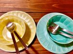 黄色と水色のお皿