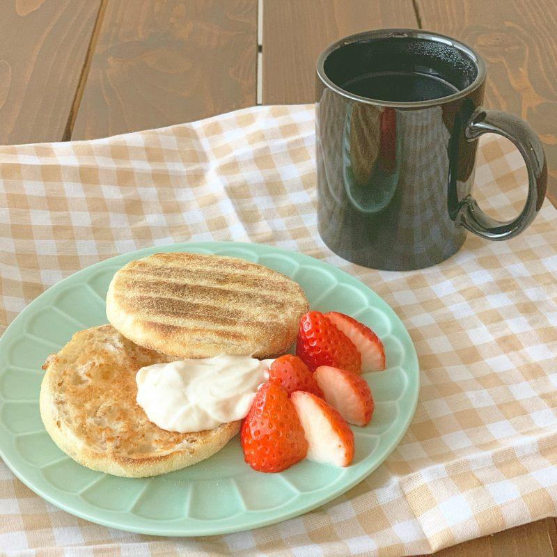 今日の朝ごはん*水切りヨーグルトクリームといちごのイングリッシュマフィン