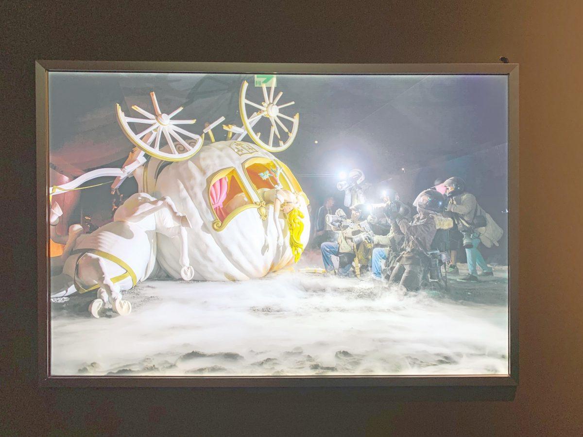 バンクシー展かぼちゃの馬車で交通事故にあったシンデレラ