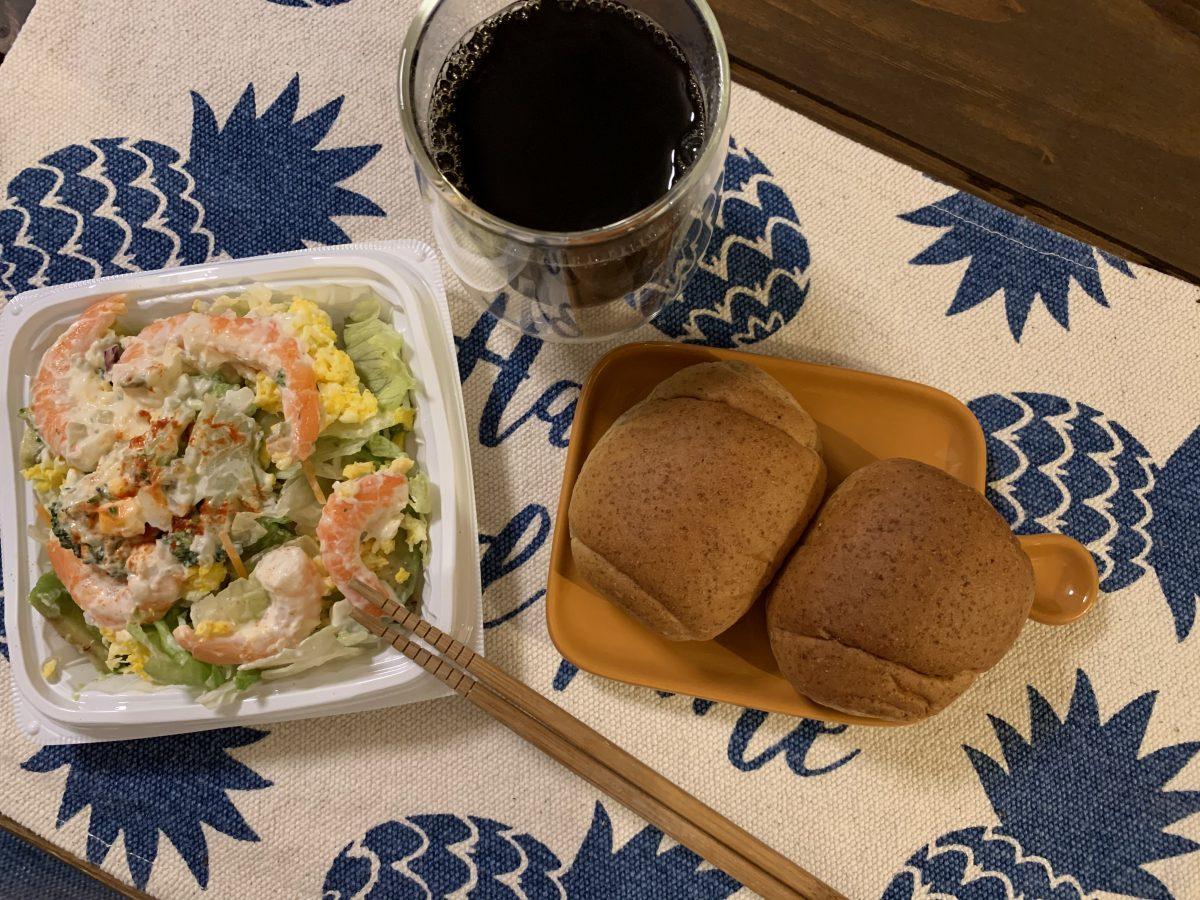 パンとえびアボカドサラダ