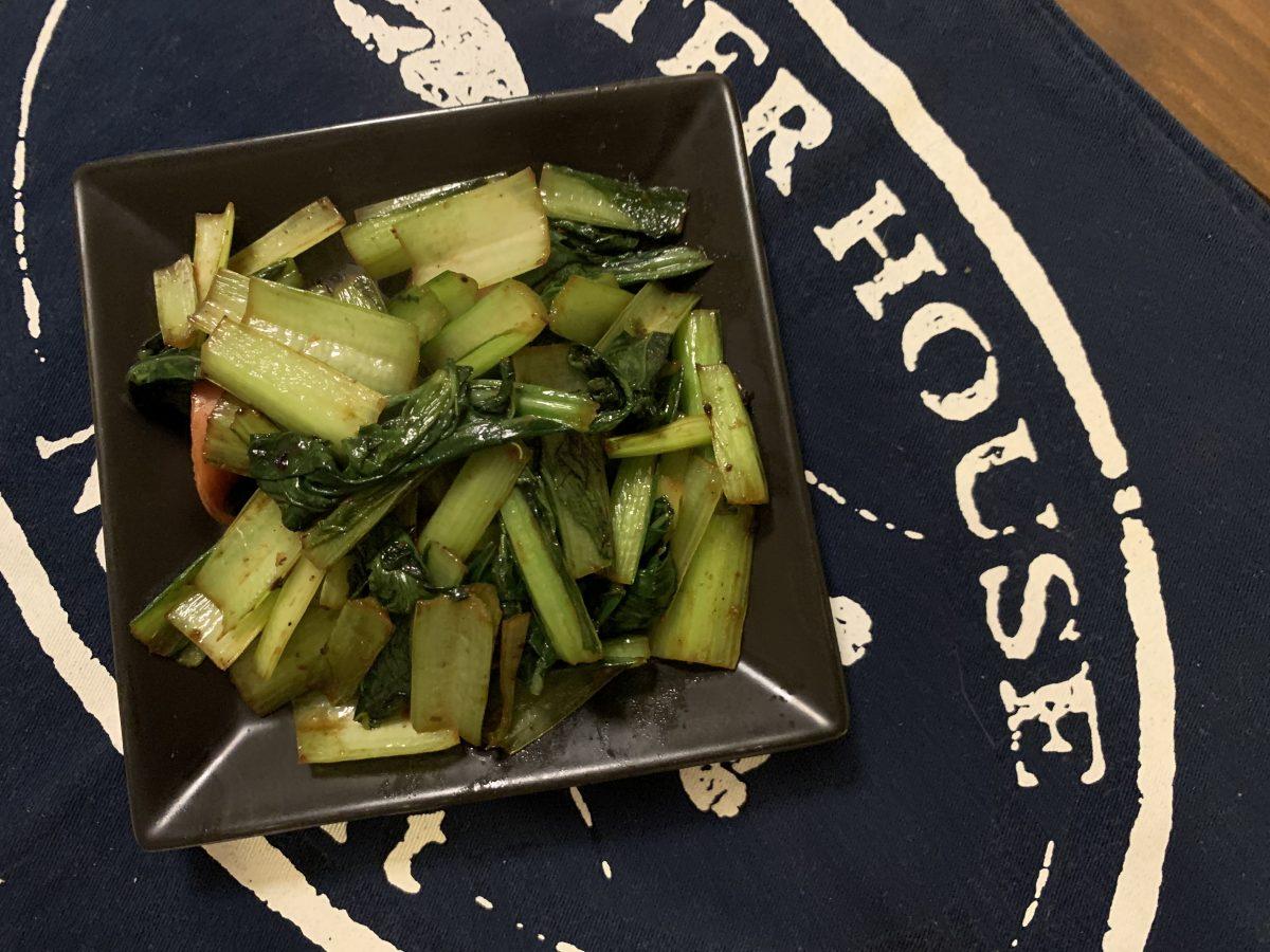 キャベツとチキンのケチャマヨ炒めに青梗菜とソーセージの中華炒め