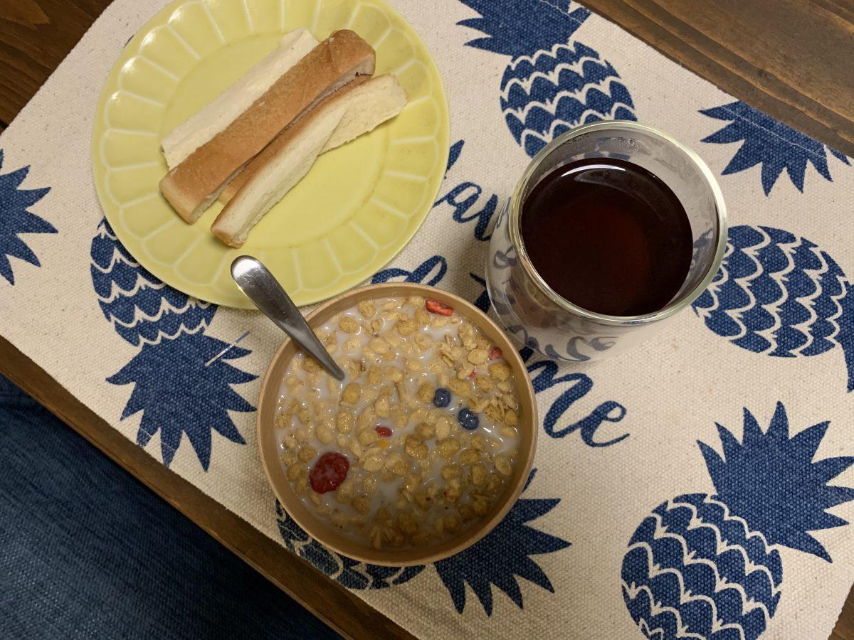フルグラとパンの耳の朝ごはん