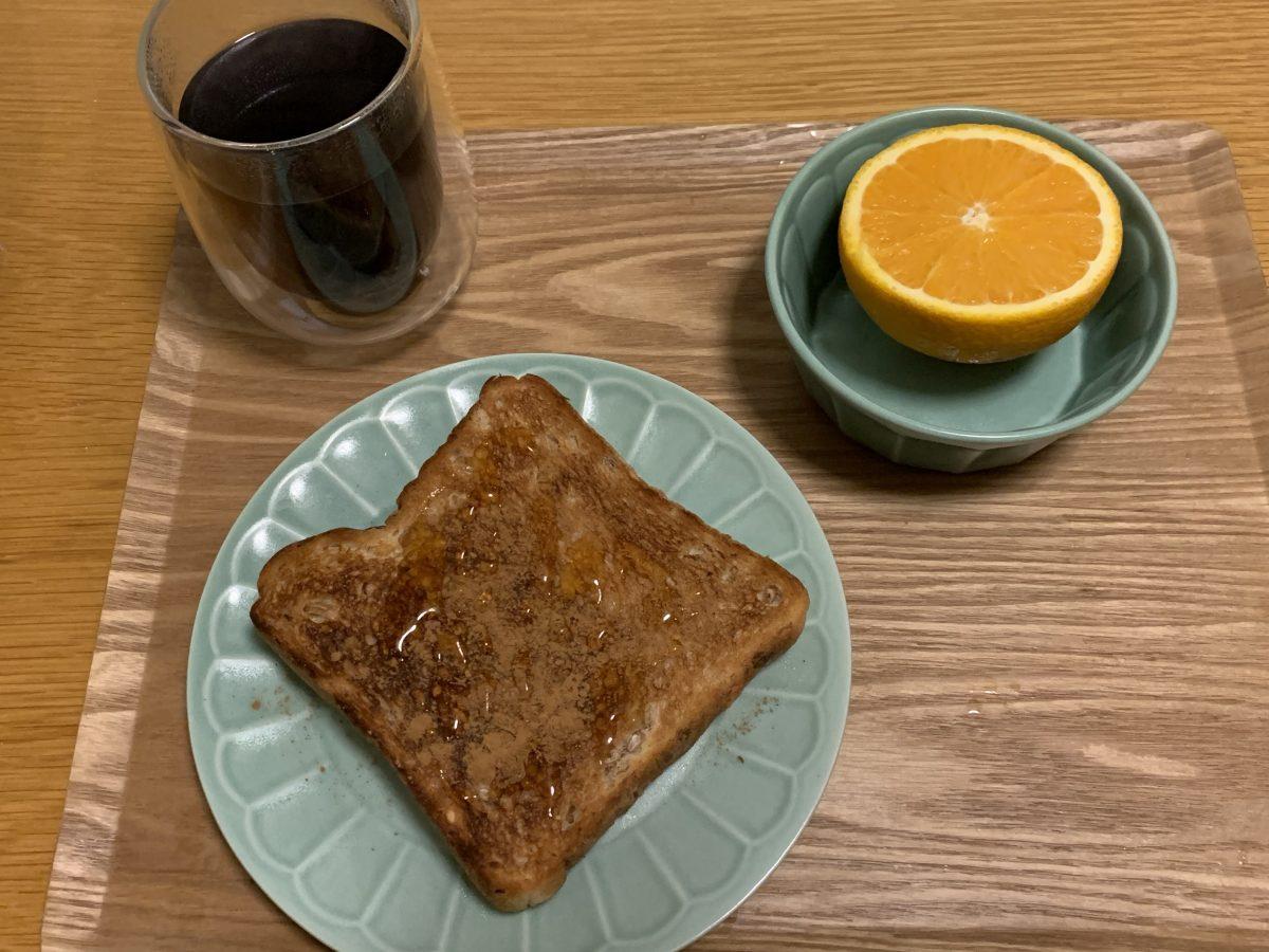 ライ麦食パンのシナモンはちみつがけ朝ごはん