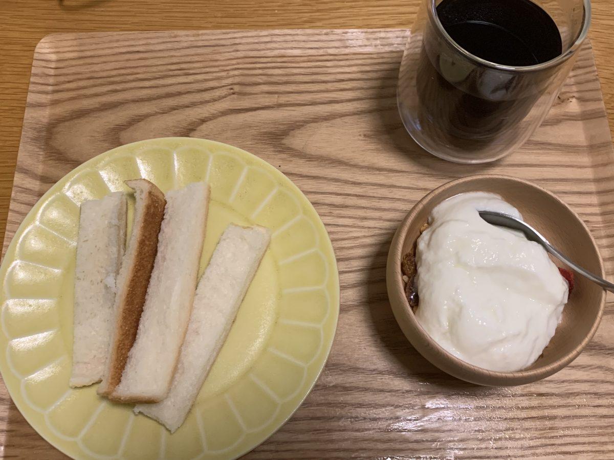 パンの耳とヨーグルトで朝ごはん