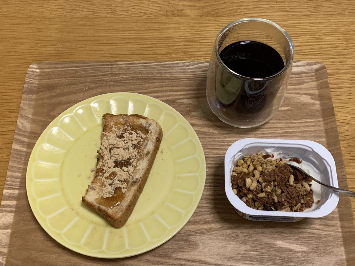 パンとグラノーラヨーグルトの朝ごはん