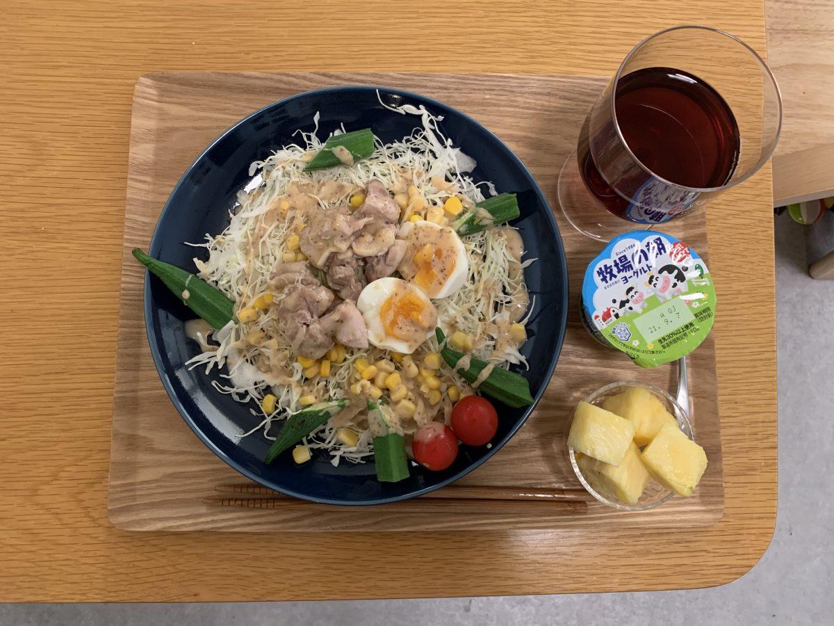 ゆで卵とオクラ、チキンのサラダ