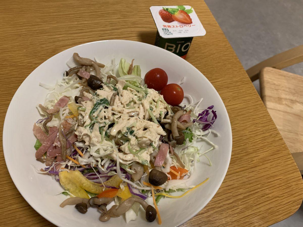 ささみと水菜わさびマヨネーズあえ、ときのことベーコンのソテーのサラダ