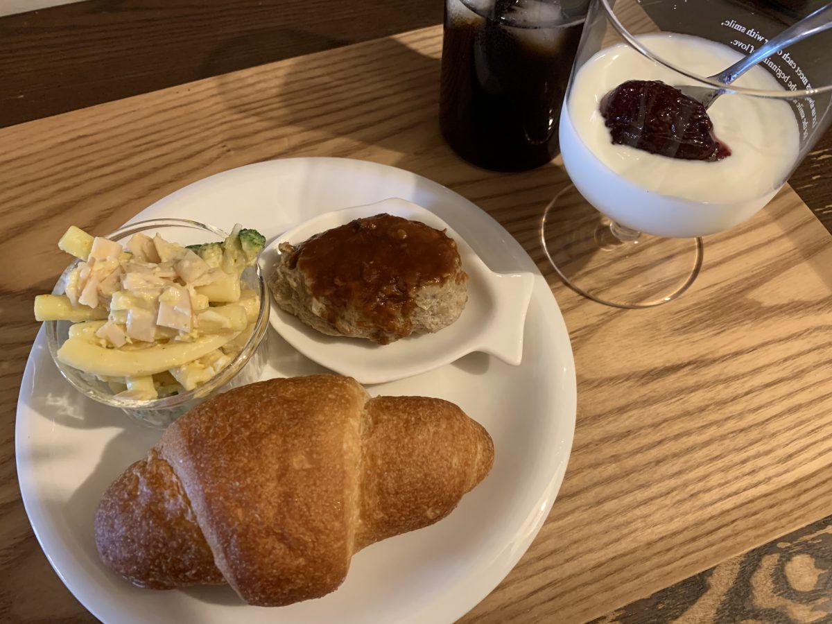 ハンバーグと生協の冷凍の塩パン
